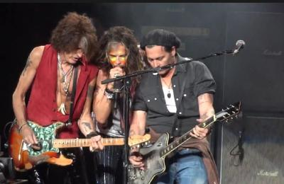 Johnny Depp toca guitarra em show do Aerosmith